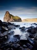 有薄雾的岩石海运 免版税图库摄影