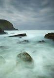 有薄雾的岩石海运 免版税库存照片