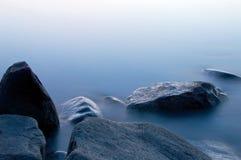 有薄雾的岩石 库存照片