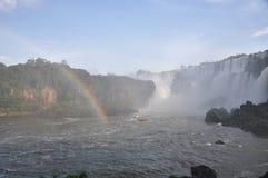 有薄雾的彩虹伊瓜苏瀑布 免版税库存图片