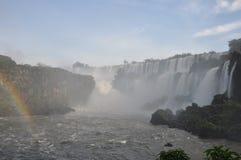 有薄雾的彩虹伊瓜苏瀑布 库存照片