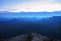 有薄雾的忧郁的早晨 在桦树的看法对充分深谷在破晓内的重的薄雾秋天风景 免版税库存图片