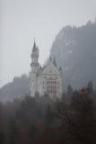 有薄雾的新天鹅堡城堡 免版税库存图片