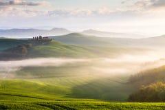 有薄雾的日出在托斯卡纳 免版税库存图片
