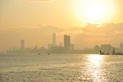 有薄雾的日落在九龙,香港 库存照片