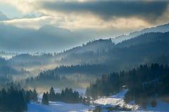 有薄雾的日落在阿尔卑斯 免版税库存图片