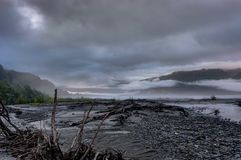 有薄雾的早晨和云彩在阿拉斯加美利坚合众国 免版税库存图片
