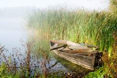 有薄雾的早晨和小船 免版税库存照片