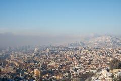 有薄雾的早晨在萨拉热窝,从白色堡垒的看法 免版税库存图片