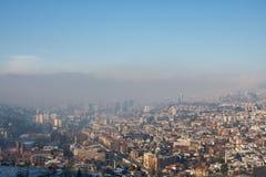有薄雾的早晨在萨拉热窝,从白色堡垒的看法 免版税库存照片