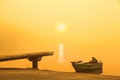 有薄雾的早晨太阳上升 库存照片