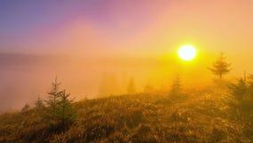 有薄雾的早晨山 股票视频