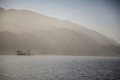 有薄雾的早晨山 库存照片