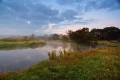 有薄雾的早晨河 在河岸的黎明 库存照片