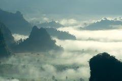 有薄雾的早晨风景在北泰国, Phu郎钾, Phaya 免版税库存照片