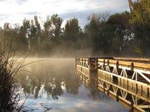 有薄雾的有雾的湖的船坞 免版税库存图片