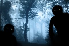 有薄雾的森林风景的两个妖怪 库存图片