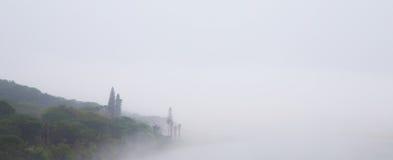 有薄雾的河场面横幅 库存照片