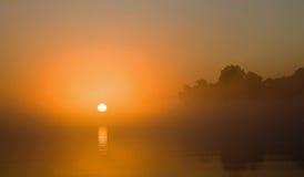 有薄雾的河日出 免版税库存照片