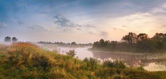 有薄雾的河早晨 全景 温暖的夏天早晨 免版税图库摄影