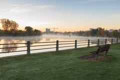 有薄雾的河早晨 免版税库存图片