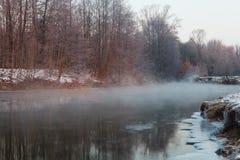 有薄雾的河 库存图片