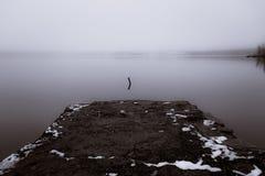 有薄雾的河 免版税库存照片