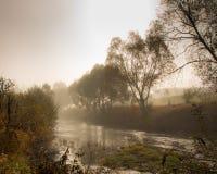 有薄雾的河 免版税库存图片