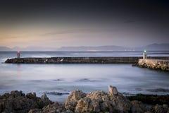 有薄雾的港口在黎明 免版税图库摄影