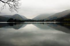 有薄雾的湖区 免版税库存照片