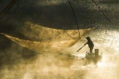 有薄雾的湖及早早晨 库存图片
