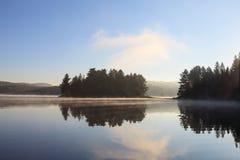 有薄雾的湖在一个夏天早晨 免版税图库摄影