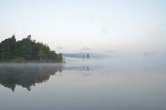 有薄雾的湖在Tofino, BC,加拿大 库存图片