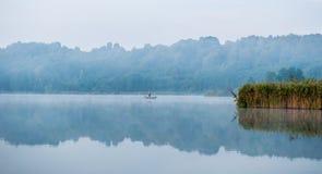有薄雾的湖早晨海岛 图库摄影