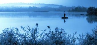 有薄雾的蓝色早晨,风景湖 免版税图库摄影