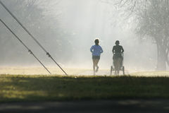 有薄雾的赛跑者 免版税库存照片