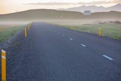 有薄雾的路通过冰岛 库存图片