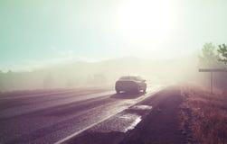 有薄雾的路 免版税库存照片
