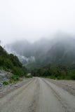 有薄雾的路 免版税库存图片