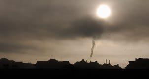 有薄雾的镇地平线 免版税库存照片