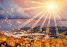 有薄雾的雾山在秋天,喀尔巴汗,乌克兰看法  12月 免版税库存图片