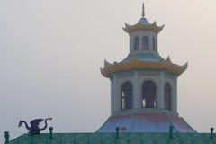 有薄雾的11月天的塔的圆顶 复杂中国村庄的片段在 Tsarskoe Selo 免版税库存图片