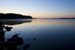 有薄雾蓝色黎明的湖 免版税库存照片
