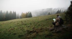 有薄雾,有雾的山的旅客 免版税图库摄影