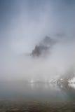 有薄雾,有雾的湖 免版税库存照片