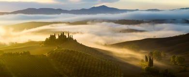 有薄雾,晴朗的早晨在托斯卡纳 免版税库存照片