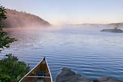 有薄雾黎明的湖 免版税库存照片