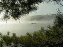 有薄雾canoing的湖 免版税库存图片