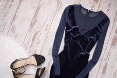 有薄绢的,黑鞋子木背景,文本的空间晚上天鹅绒蓝色礼服 秀丽蓝色聪慧的概念表面方式构成妇女 免版税库存图片