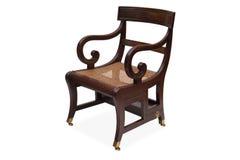 有藤条柳条位子的一把古色古香的木扶手椅子 库存图片